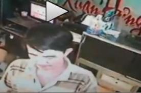 Hombre recibe descarga eléctrica al querer cargar el celular- VIDEO