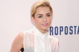 ¡Miley Cyrus se presenta semidesnuda y fumando marihuana en concierto!