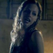 Avril Lavigne derrama lágrimas de dolor en el nuevo video Wish You Were Here