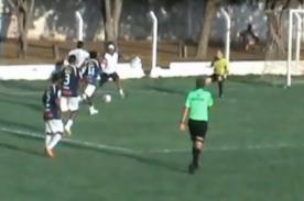 Video: Masajista corta jugada de gol a favor de su equipo