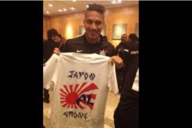 Paolo Guerrero posa con polo de Alianza Lima - Mundial de Clubes FIFA