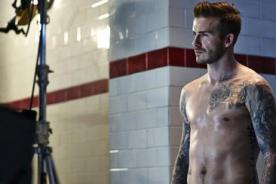 David Beckham luce sexys músculos para campaña de boxers - Fotos