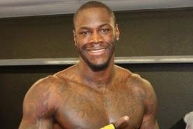 Boxeador Deontay Wilder busca y noquea a su acosador racista - VIDEO
