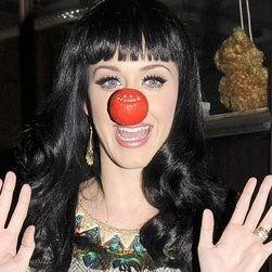 Katy Perry usa nariz roja para ayudar a Comic Relief