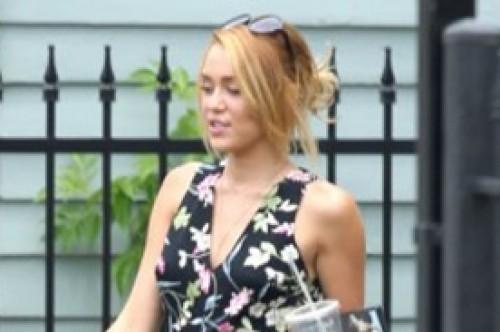 Miley Cyrus se lució con simpático conjunto de flores en Nueva Orleans