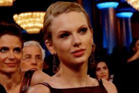 Taylor Swift con risa fingida durante discurso de Adele