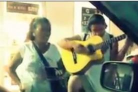 Captan a mujer cantando como Shakira en México - Video